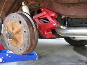 Straight axle lowered bus wheel change method